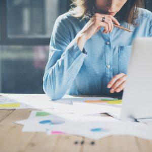仕事を考える女性