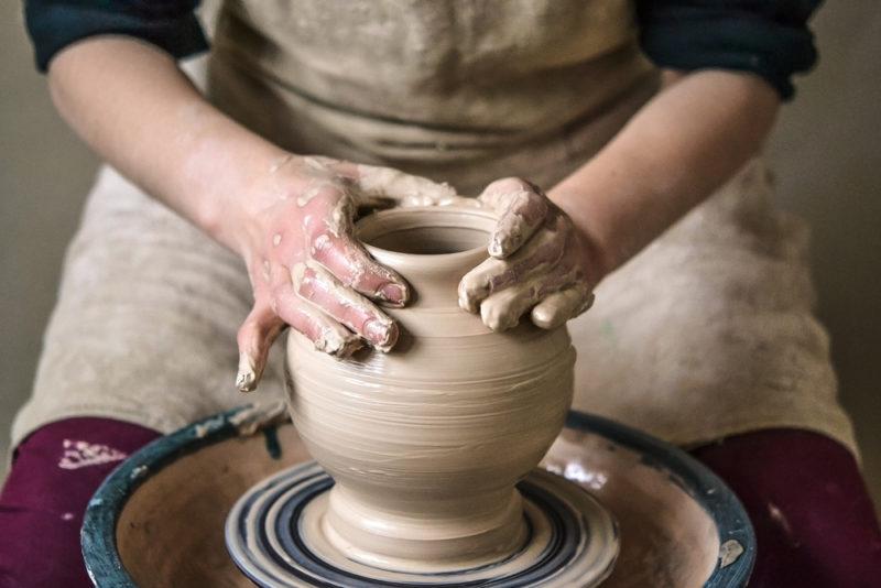趣味の陶芸をしている人